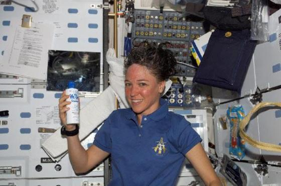 Lisa Nowak shampooing in space. Image: NASA